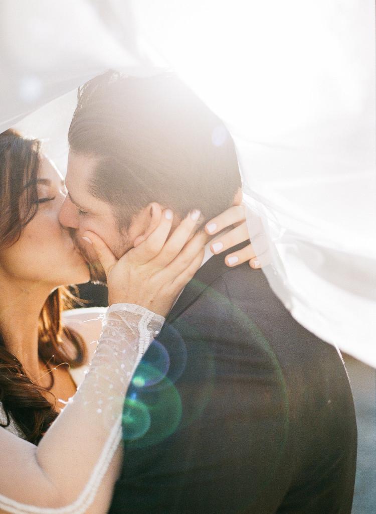 Kiss under veil.