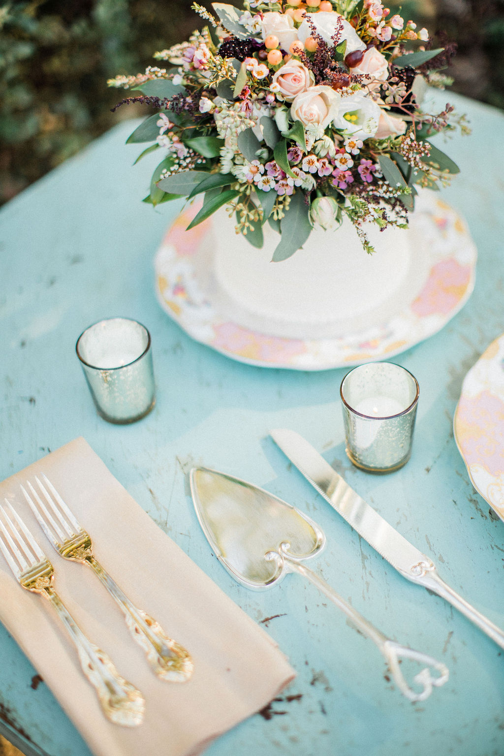 Intimate Vintage Garden Wedding / Planning by Lucky Day Events Co. / Photo by Danielle Riley / The Parlour at Mann's Chapel